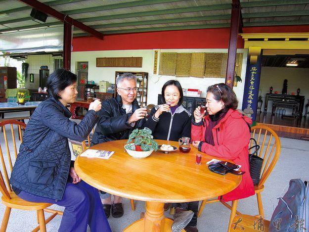 藏機閣主董瑞芳(右二)和大家分享自釀有機橄欖露。(林子婷攝)