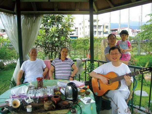林晉(左一)一家於享受埔里寧靜閒適的氛圍。(何其慧攝)