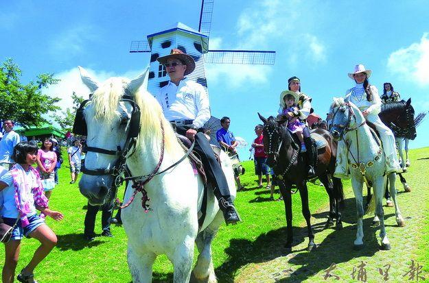 清境風車節在清境農場場長劉遠忠(前)騎著駿馬進場後揭開序幕。(楊樹煌攝)