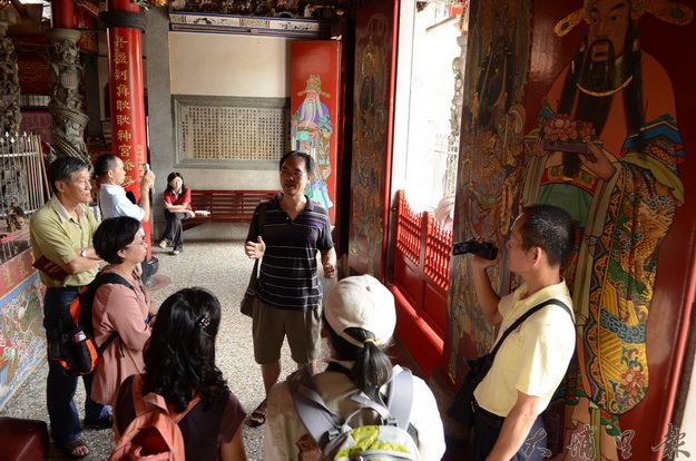 埔里鎮導覽解協會邀請文史老師陳翼漢(後中)解說醒靈寺的建築風格。(柏原祥攝)
