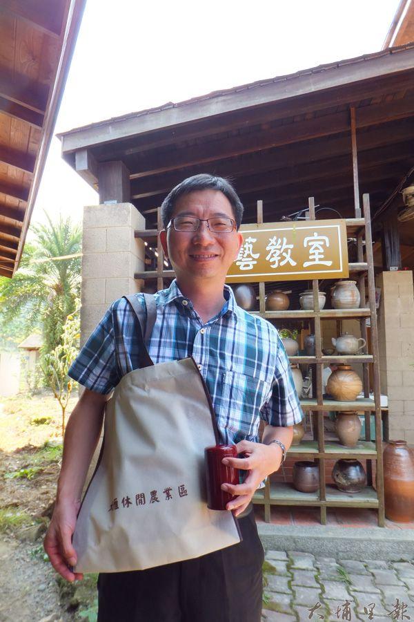 報名體驗的遊客可以獲得手提袋、條型紅茶1包。(唐茹蘋攝)