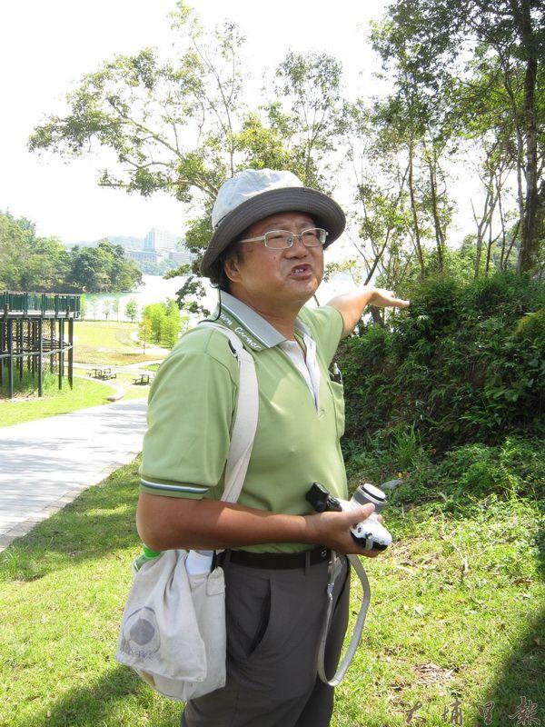 沈揮勝老師於日月潭畔為學生講解攝影技巧。(林子婷攝