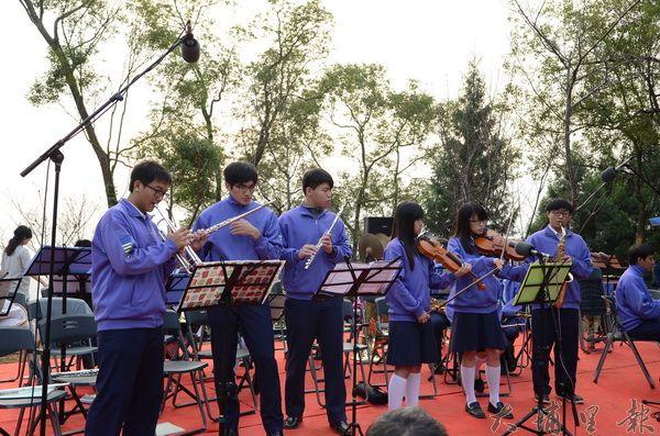 三育中學管樂隊,清晨在金龍山觀景平台演出。(柏原祥攝)