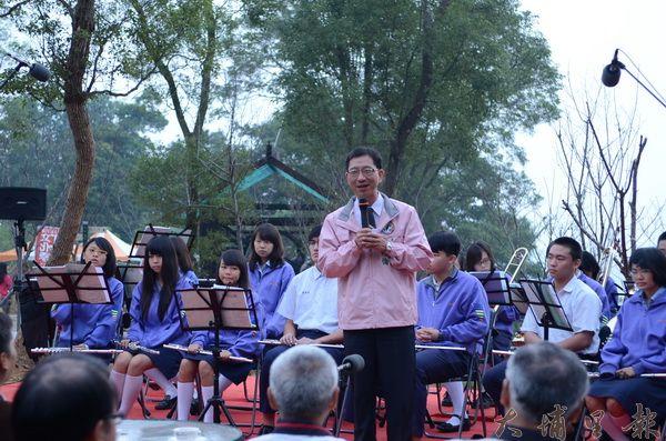 魚池鄉長陳錦倫在金龍山宣布2012魚池紅茶季活動開鑼。(柏原祥攝)