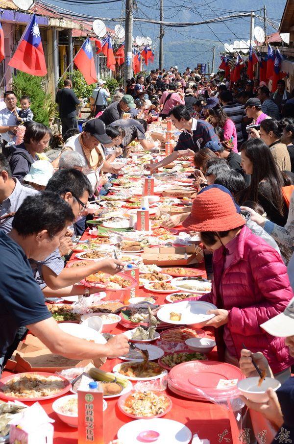 清境長街宴源自雲南哈尼族。(柏原祥攝)
