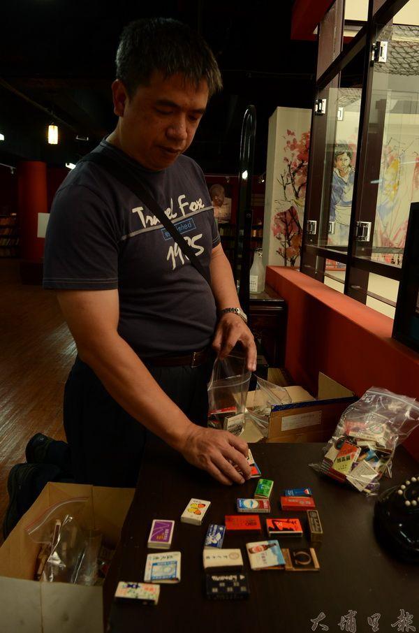 埔里圖書館員陳義方搶救李長醫師遺物,在垃圾袋中發現大批古董火柴盒。(柏原祥攝)