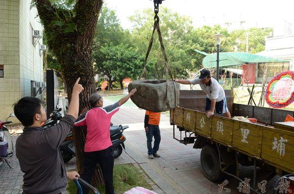 巨石相當沈重,必須出動吊車才能搬動。(柏原祥攝)