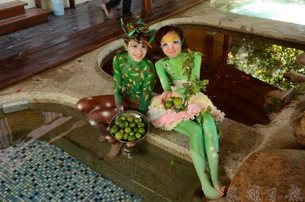 糯米橋休閒農業區橄欖季活動請來麻豆展示橄欖裝及泡湯秀。(柏原祥攝)