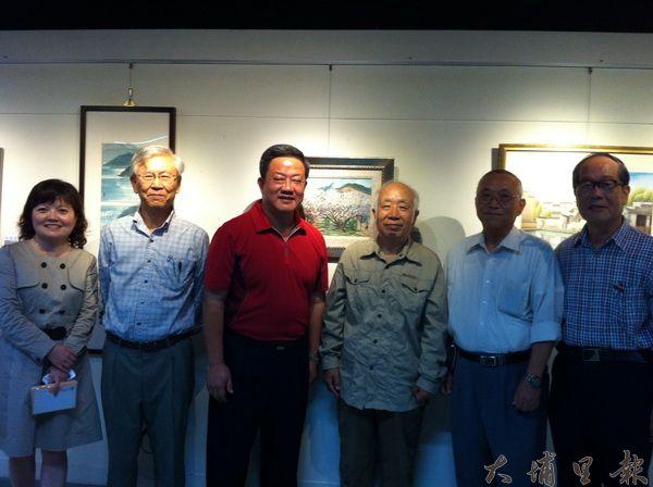 創隊的孫少英老師(右三)與黃義永老師(右一)表示寫生隊成員將配合大埔里觀光協會推廣埔里人文藝術。(何其慧攝)
