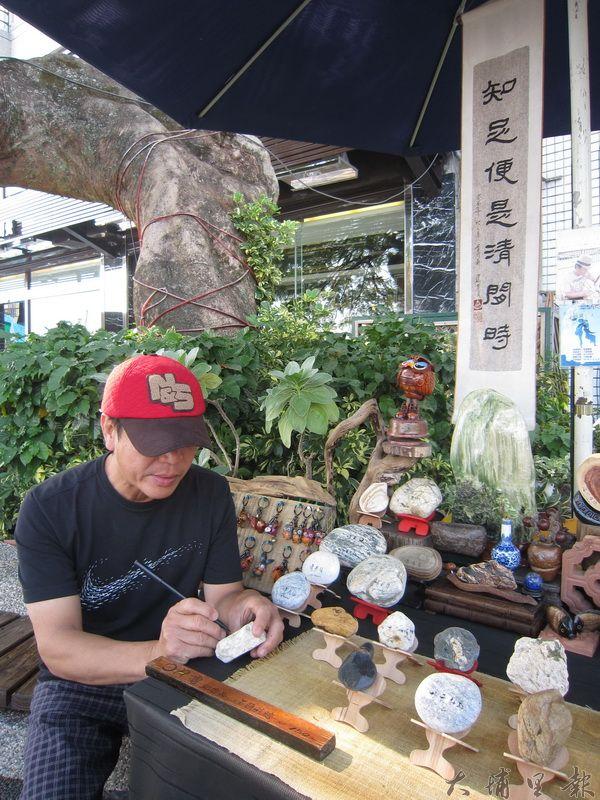 水社碼頭平民藝術家蔣錦堂,用自然的巧奪天工營造出古典氛圍。(林子婷攝)