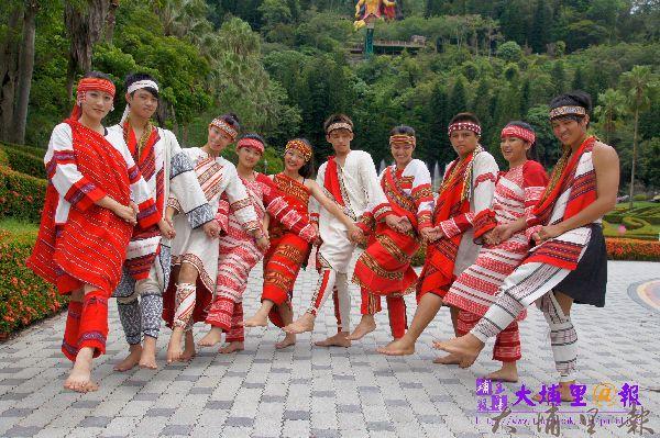仁愛鄉舉辦首屆全國泰雅族運動會,族人們盛裝,歡迎貴賓們的到來。(柏原祥攝)