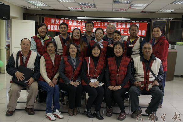仁愛鄉觀光導覽解說員訓練班結業,學員穿著賽德克傳統服飾留影。
