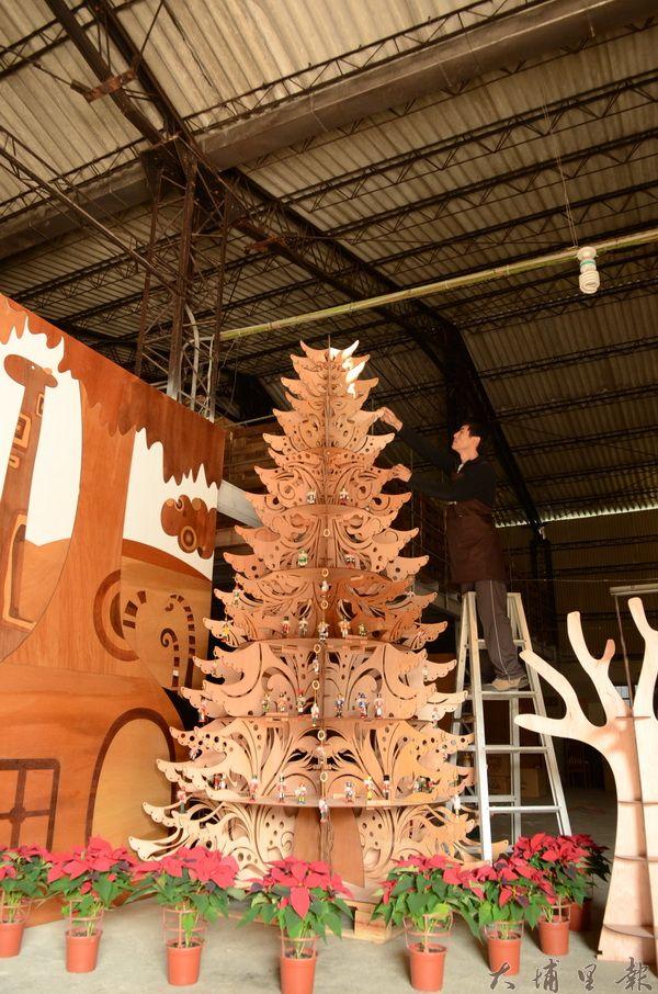 敲敲木這棵木頭巨型聖誕樹高達三米二,完全沒用到釘子。(柏原祥攝)