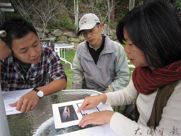 清境龍莊日式會館總經理黃建堯、藝術家吳熙吉、石鈴,於會館外庭正式簽約展畫事宜。(林子婷攝)