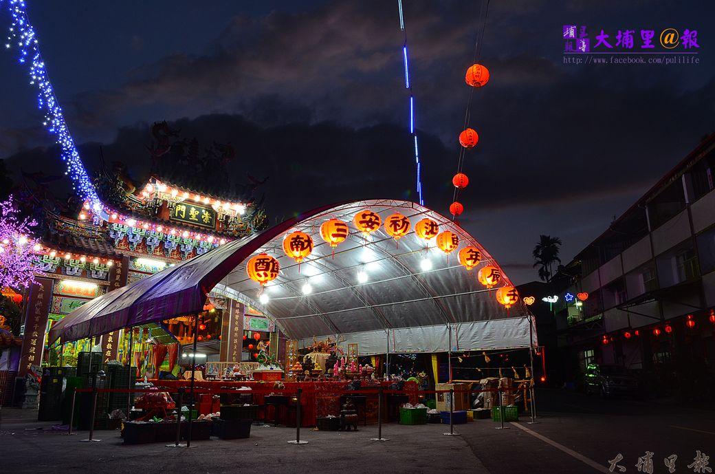 魚池鄉三獻清醮總壇設在麒麟宮,夜晚燈火輝煌。(柏原祥攝)