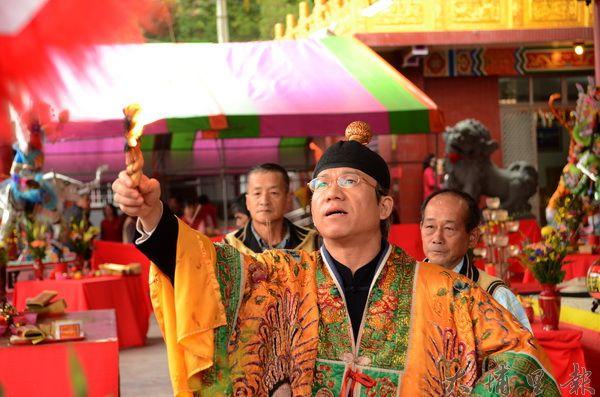 國姓鄉碧雲宮舉辦五十一年來的福醮,法師在宮廟裡作法祈福。(柏原祥攝)