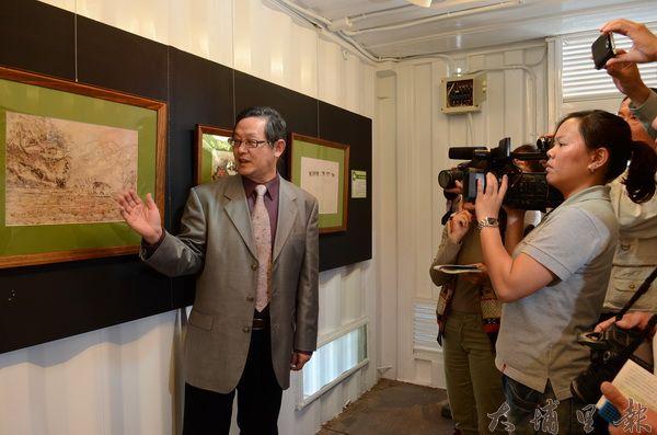 林耀堂(左)提供五十幅蝴蝶貼畫,在紙教堂進行特展,從這些畫中可找到埔里某個世代的共同回憶。(柏原祥攝)