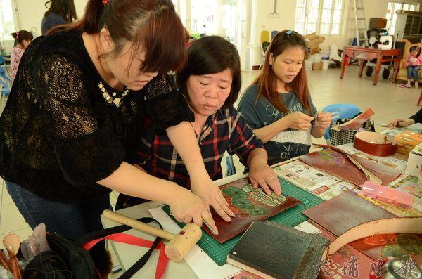 皮雕班成員多為中高齡婦女,培養第二專長,將能貼補家用。(柏原祥攝)