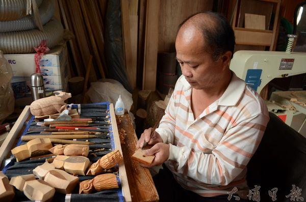 王天來發揮精湛的雕刻技術,將廢棄家具化為貓頭鷹或水牛。(柏原祥攝)