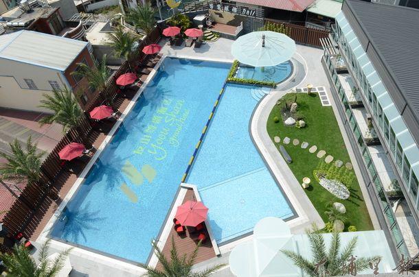 友山尊爵酒店擁有室內游泳池,可望創造在地商機,並吸引觀光客停留。(柏原祥攝)