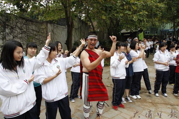 仁愛鄉原住民至對岸表演傳統歌舞,與大陸人民熱烈互動。(諾爾攝)