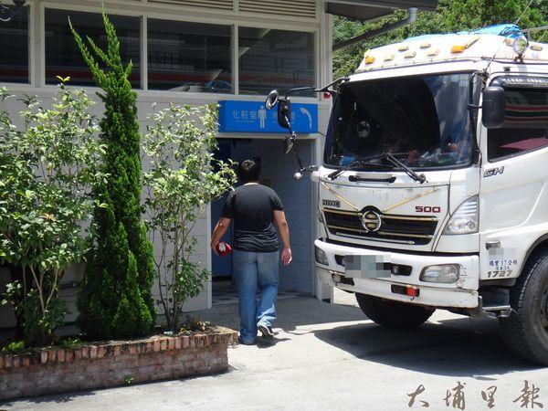 埔霧公路一家便利超商提供免費浴室,相當受到貨車司機們的歡迎。(柏原祥攝)