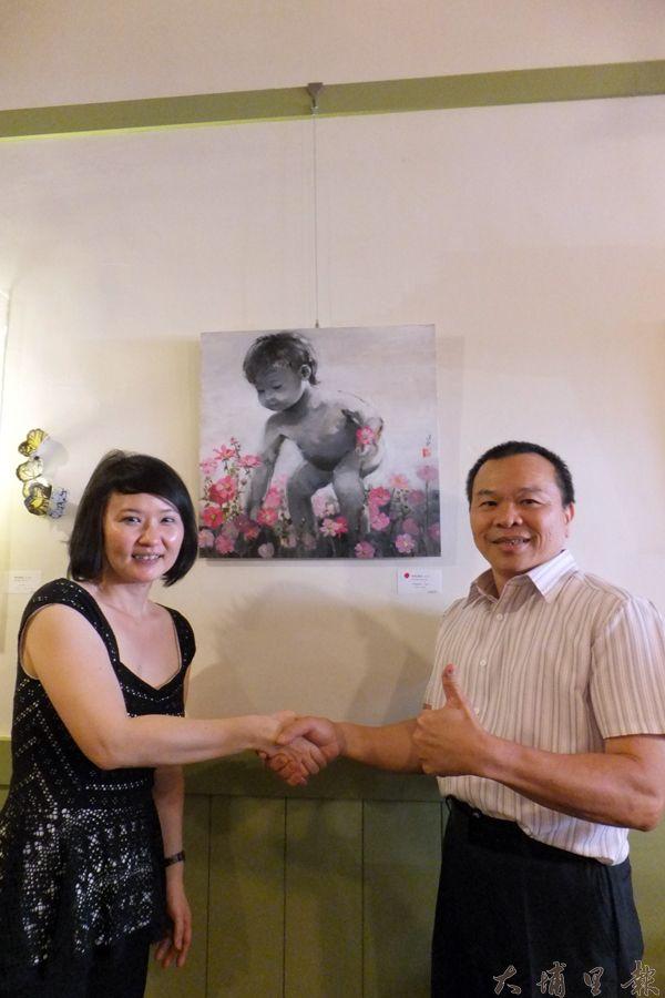 陳進發(右)認購李美琳畫作