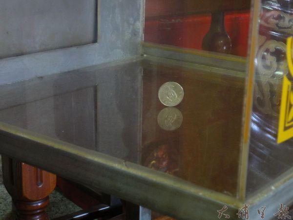 六○二地震當日,埔里鎮恒吉宮媽祖廟的功德箱裡,五十元硬幣奇蹟式的立了起來。(圖/金明正提供)