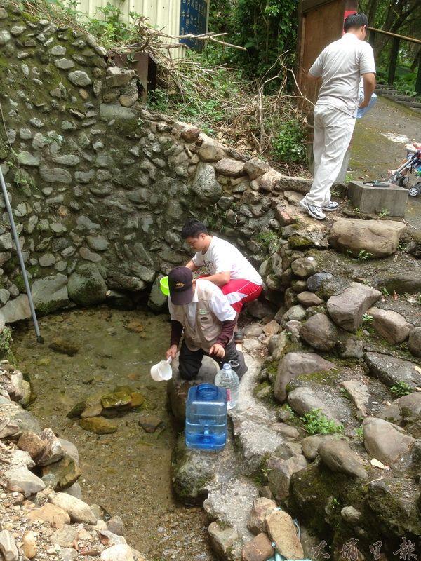 每年端午節,愛蘭甘泉總是吸引許多民眾前來取午時水。(里程碑攝)