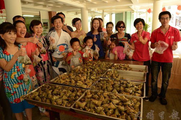富麗基金會在觀音神像下贈送一千顆素粽,希望民眾得到觀音的庇佑。(柏原祥攝)