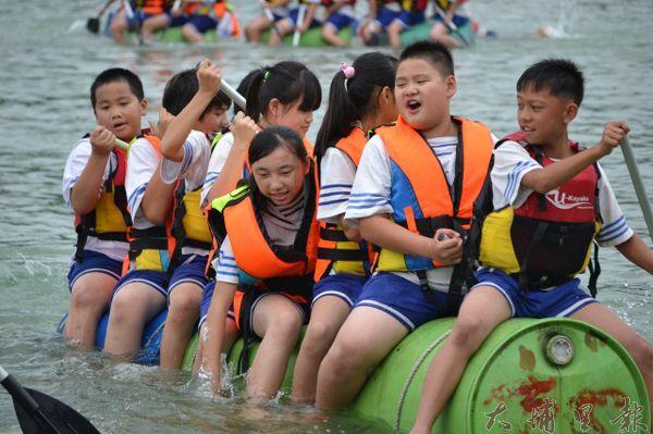 日月潭特色遊學中心「冒險奇潭」暑期夏令營獨木舟體驗。(日管處提供)