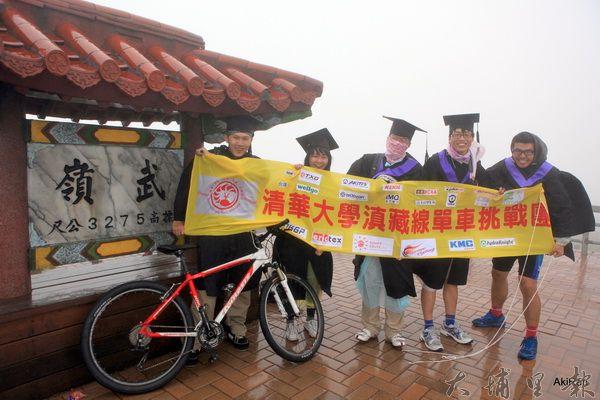 清大滇藏線單車挑戰團選擇武嶺考驗自己的底線,六名同學中有五名抵達全台公路最高點。(圖/陽光小屋旅遊提供)
