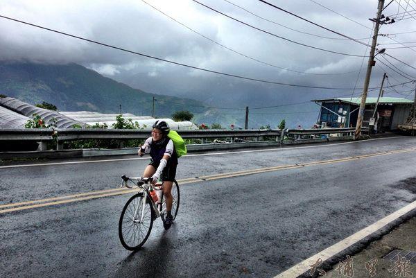 原本風和日麗的天氣,過了霧社竟然變成狂風暴雨,清大滇藏線單車挑戰團體力支出倍增。(圖/陽光小屋旅遊提供)