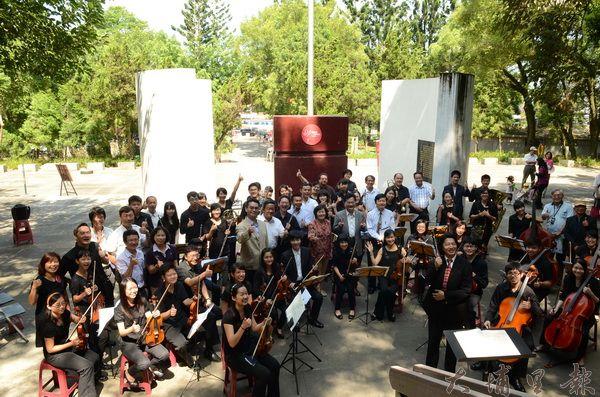 埔里Butterfly交響樂團在各界支持下,終於在地理中心碑誕生,並帶來歡樂的樂曲。(柏原祥攝)