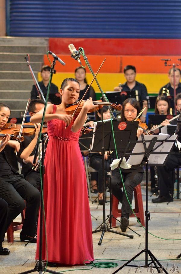 埔里Butterfly交響樂團在仁愛公園首演,《梁祝小提琴協奏曲》在地鄉親們印象特別深刻。(柏原祥攝)