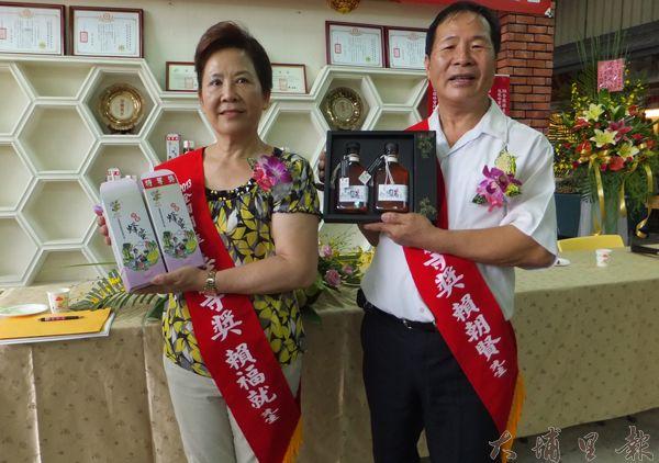 宏基蜜蜂生態農場董事長賴朝賢伉儷推薦優質蜂蜜。(唐茹蘋攝)