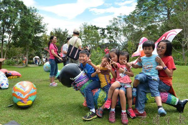 紙教堂展出大型幼蟲、蝴蝶雕塑,吸引許多小朋友來玩耍。(柏原祥攝)