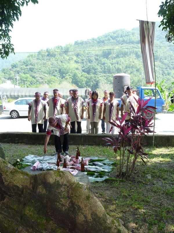 洪安雅族穿著傳統服飾會親結盟,並舉辦儀式祭祖。(潘樵攝)