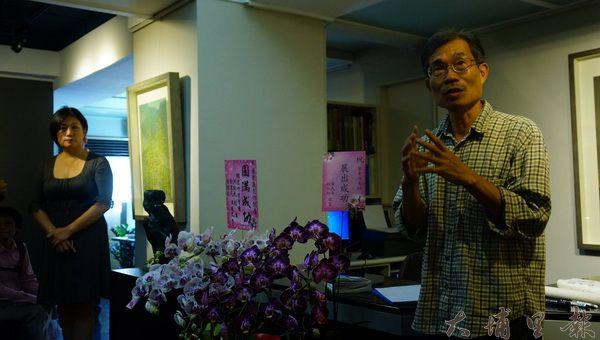 葉東進老師在阿波羅藝廊展出作品,並闡述創作歷程。(石鈴攝)