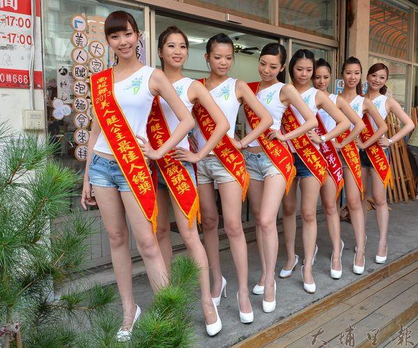 美人腿公主展現美腿,為南投縣農特產代言。(柏原祥攝)