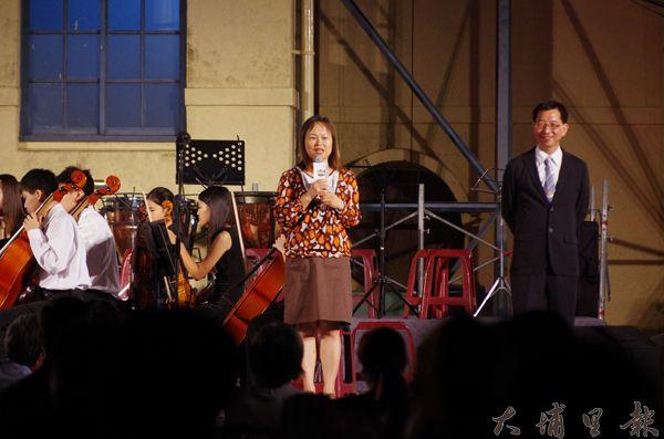 埔里大成國中校長蔡秋玲帶領管弦樂團現場演奏,右為鄉長陳錦倫。(陳里維攝)