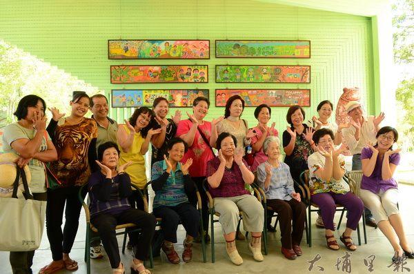 紙教堂舉辦樸素藝術展,展出桃米、內加道長青繪畫班的畫作。(柏原祥攝)