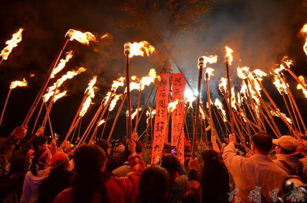 清境火把節在清境國小展開,民眾高舉火把,象徵薪火相傳。(柏原祥攝)