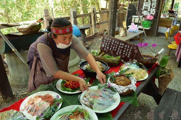 新生部落婦女準備原住民風味餐,等待專業的評審前來評鑑。(柏原祥攝)