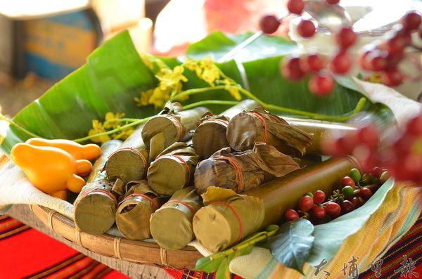 竹筒飯是原住民常用來接待外賓的主食。(柏原祥攝)