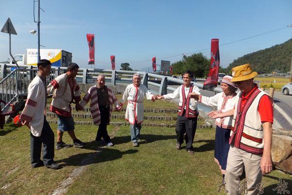 噶哈巫地方耆老展現傳統歌舞表演。(唐茹蘋攝)