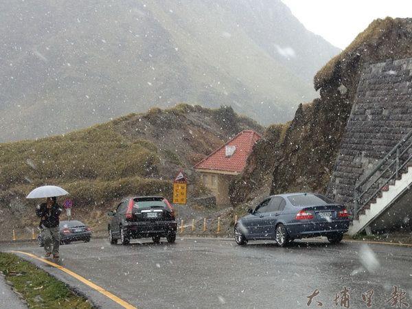 合歡山降下今年第一場瑞雪。