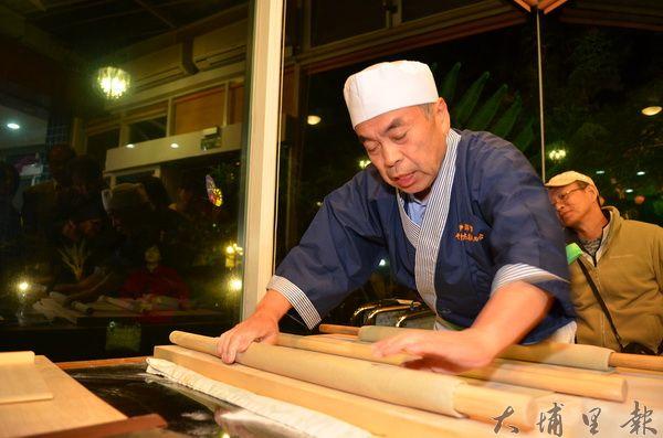 日本蕎麥麵達人小林史磨一行人,至桃米青蛙阿婆民宿分享正統蕎麥麵揉麵、擀麵功夫。(柏原祥攝)