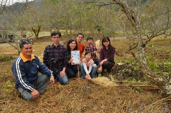 梅樹認養人與農人在梅樹前合影。(柏原祥攝)