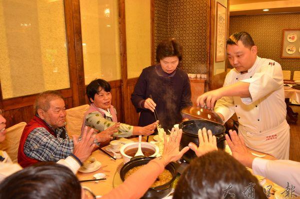 金都餐廳推出冬令藥膳料理,以香糯米等天然食材,要給饕客一季溫暖。(柏原祥攝)